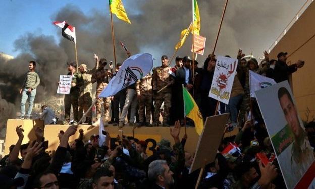 ادامه اعتراضات مقابل سفارت آمریکا در بغداد؛ ورودی دوم نیز آتش گرفت