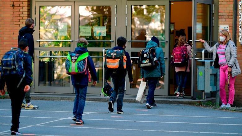 عکس روز ، بازگشت به مدرسه با رعایت دوری گزینی به شیوه آلمانی
