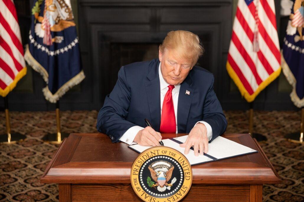 خبرنگاران ترامپ لایحه تحریم چین را امضا کرد