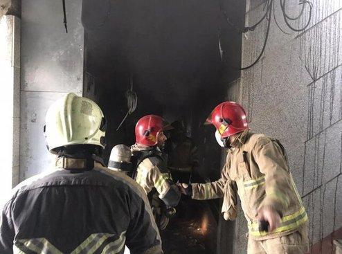 نجات 15 نفر از آتش سوزی ساختمان تجاری در خیابان لاله زار جنوبی تهران