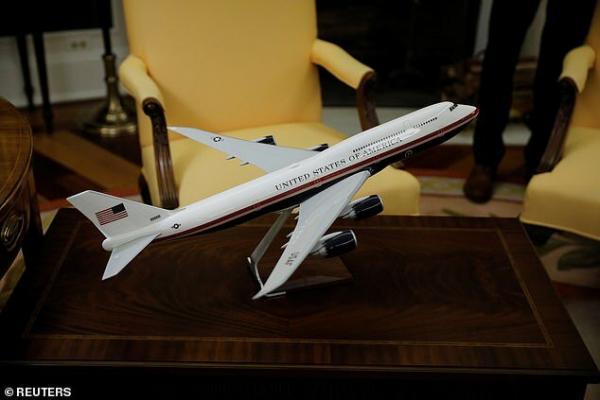 ترامپ ماکت بازطراحی هواپیمای ریاست جمهوری آمریکا را با خودش برده است