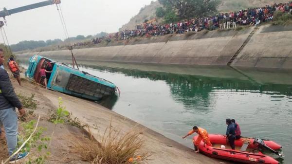 39 کشته در پی سقوط یک اتوبوس در درون کانال آبی در هند