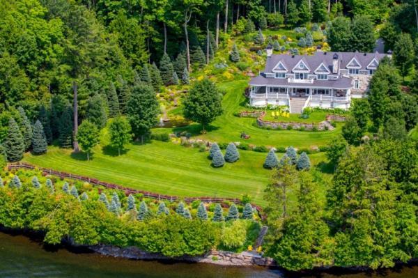 فضاهای سبز و باغ های طراحی شده، نمای دل انگیزی به این خانه ها داده است